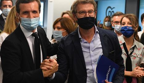Casado estreny la mà a Núñez Feijóo a la reunió ahir del comitè executiu nacional del PP.