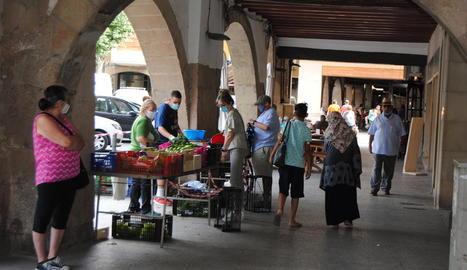 Veïns de Balaguer ahir a la plaça Mercadal.