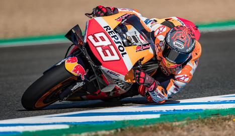 Marc Márquez va tornar a pujar ahir a una MotoGP després de quatre mesos de confinament.