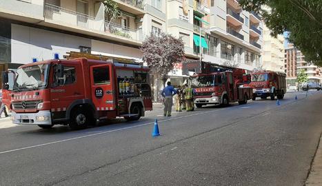 VÍDEO | Desallotgen un edifici per un incendi en un pis del barri de Cappont de Lleida