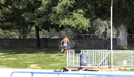 Una desena de joves es banyen a les piscines tancades de Pardinyes
