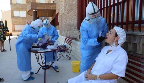 Sanitaris fan un test a una treballadora d'un centre geriàtric d'Aitona.
