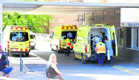 Tres ambulàncies ahir davant la unitat d'Urgències de l'Arnau de Vilanova.