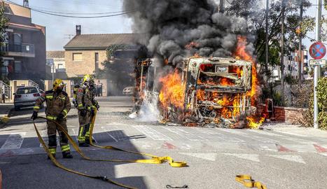 Bombers van activar cinc dotacions i van sufocar les flames en mitja hora.