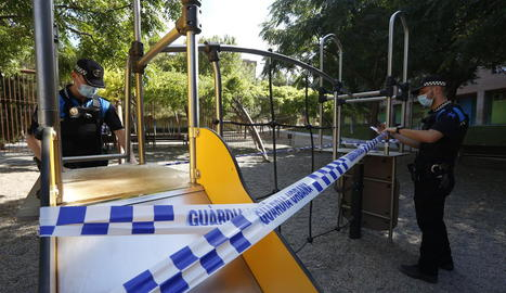 Agents de la Urbana precintant parcs infantils a Lleida.
