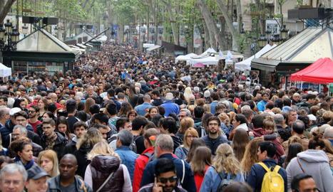 La Rambla, freqüentat eix central de Sant Jordi el 2019.