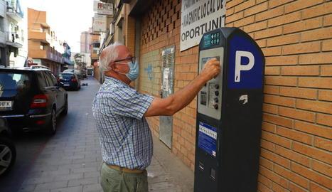 Un ciutadà al pagar la taxa de zona blava ahir al matí a Lleida.