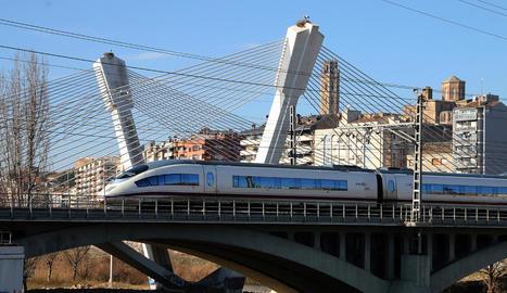 Imatge d'arxiu d'un tren d'alta velocitat a la capital del Segrià.