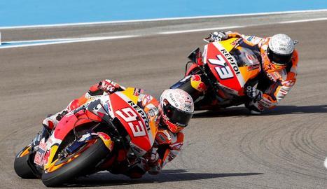 Marc Márquez, seguit del seu germà Àlex durant el primer entrenament lliure a Jerez.