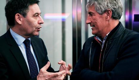 Josep Maria Bartomeu i Quique Setién conversen, en imatge d'arxiu.