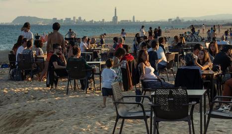 Les platges barcelonines i els xiringuitos van seguir ahir amb molt públic.