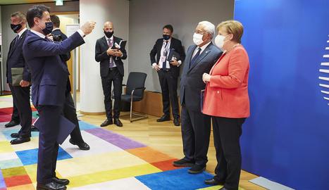 El primer ministre italià fa una fotografia dels seus homòlegs portuguès i alemanya.