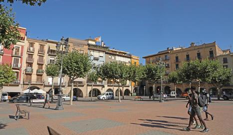 La plaça Mercadal de Balaguer, ahir a la tarda gairebé buida després d'anunciar-se les noves mesures.