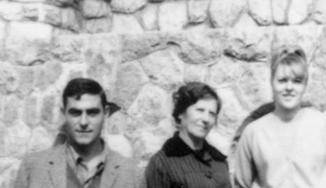 montsonís. La Teresina, l'estiu del 1981 al castell de Montsonís, cuinera per als barons de l'Albi, amb una companya.