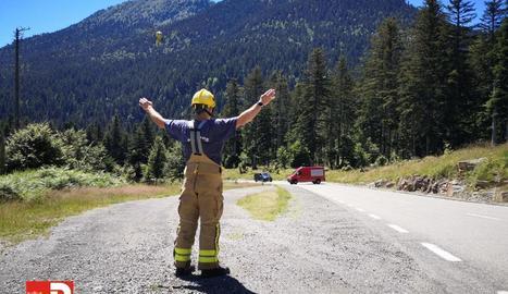 Un pompier esperava ahir l'arribada de l'helicòpter del SEM.