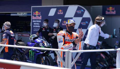 Marc, amb mascareta, mostra amb la mà esquerra la tercera plaça aconseguida ahir a la qualificació.