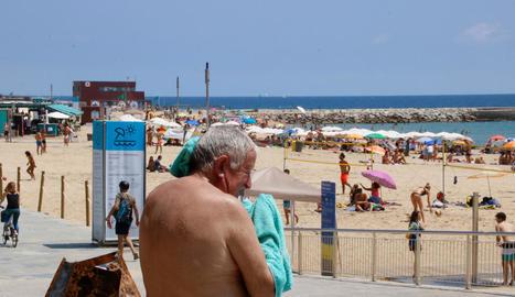 Les platges de Barcelona van superar, a la tarda, el límit d'aforament.