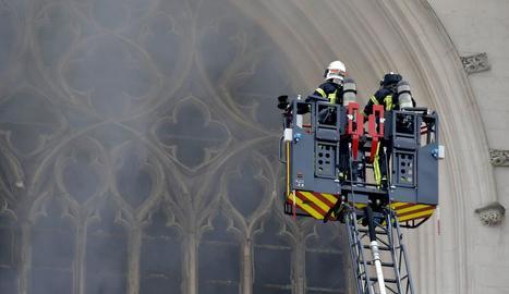 Un centenar d'efectius dels bombers van actuar ràpidament per apagar les flames.