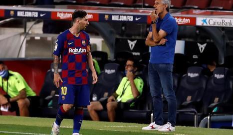 Messi passa davant de Quique Setién en un partit recent.