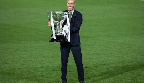 Zidane, amb la copa de campió de la Lliga dijous passat.