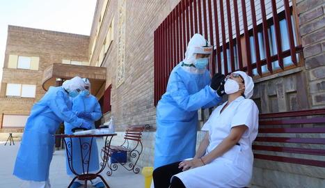 Imatge d'arxiu de sanitaris fent la prova del coronavirus al personal de la residència d'Aitona.
