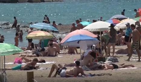 Una platja a Barcelona ahir diumenge.