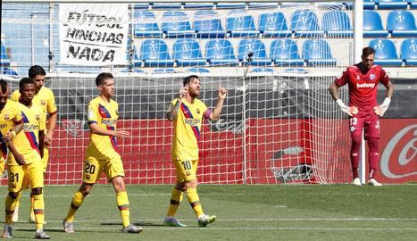 Leo Messi celebra un dels dos gols que ahir va marcar a l'Alabès i que li van servir per assegurar-se, per setè any, el trofeu Pichichi.