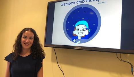 Laia Muxí, professora d'Infantil, amb una imatge de la portada de 'Sempre amb mi, capità!'.