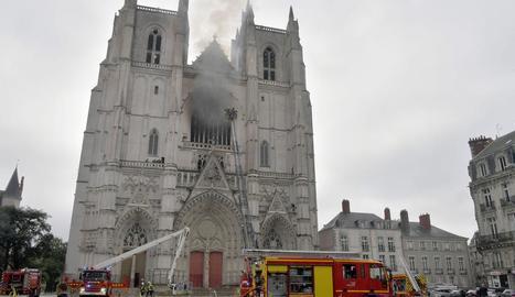 Vista de l'incendi declarat dissabte a la catedral de Nantes.