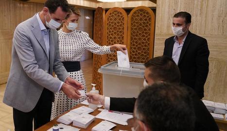 El president Al-Assad i la seua dona Asma al dipositar el vot.