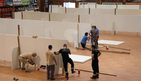 Preparativos en el pabellón Onze de Setembre de Lleida para acoger enfermos de Covid
