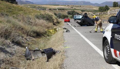 Els serveis d'emergències, al lloc de l'accident ocorregut diumenge a la Sentiu de Sió.