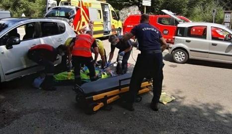 Pompièrs i SEM van ajudar a evacuar el menor ferit.