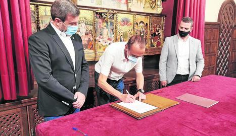 Miquel Pueyo, firmant ahir el conveni al costat de Duch i González.