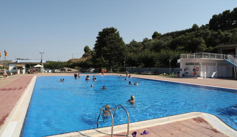Banyistes ahir a la tarda a les piscines municipals de Seròs.