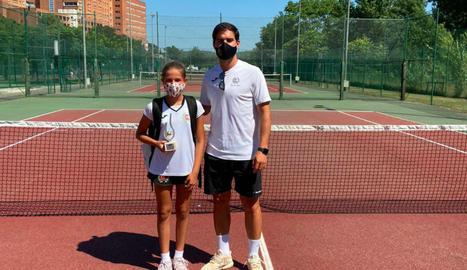 La tenista lleidatana posa amb el trofeu aconseguit a Girona.