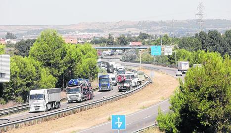 L'accident d'un tràiler va provocar cues quilomètriques a l'A-2 a Lleida durant el matí d'ahir.