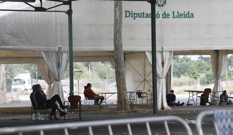 La carpa als Camps Elisis per passar el dia, amb taules i cadires