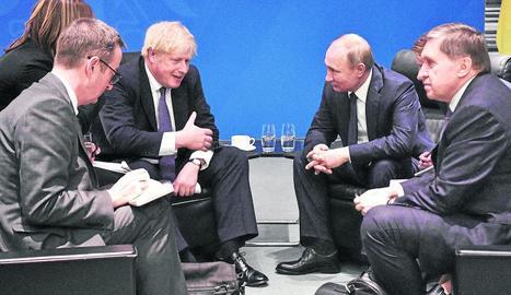 Imatge d'arxiu de Boris Johnson parlant amb Vladímir Putin.