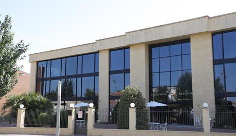 L'exterior del centre residencial Sant Sebastià d'Alcarràs.
