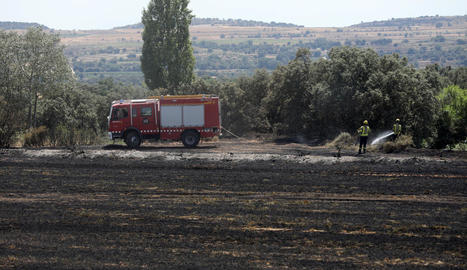 Efectius dels Bombers de la Generalitat en les tasques d'extinció de l'incendi a Cubells.