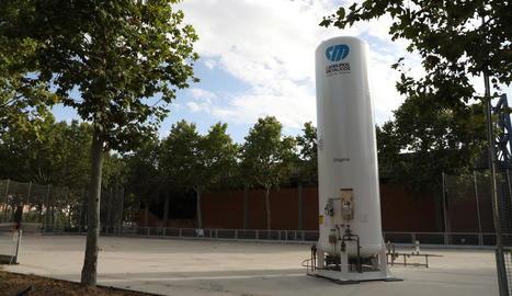 L'Onze de Setembre, llest a l'agost - El departament de Salut va confirmar ahir que, com ja va avançar SEGRE, el pavelló Onze de Setembre serà operatiu la primera setmana d'agost. A la imatge, el tanc d'oxigen que es va descarregar ahir  ...