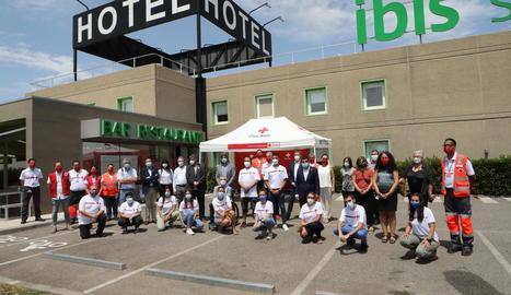 L'equip de treballadors de la Creu Roja, amb diverses autoritats, ahir a l'exterior de l'Hotel Ibis.