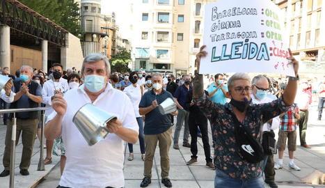 Uns 400 propietaris i empleats del sector de l'hostaleria van omplir ahir la plaça de Sant Joan de Lleida.