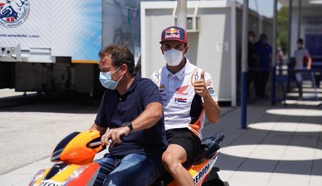 Marc Márquez, ahir al circuit de Jerez traslladant-se amb moto amb el seu mànager, Emili Alzamora.