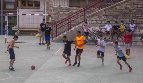 Adolescents jugant al pati d'una escola de Tàrrega.