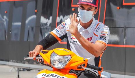 Marc Márquez, ahir al circuit de Jerez, saludant des d'una moto.