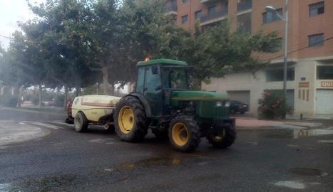 Imatge dels treballs de desinfecció de carrers que es van dur a terme ahir a Almacelles.