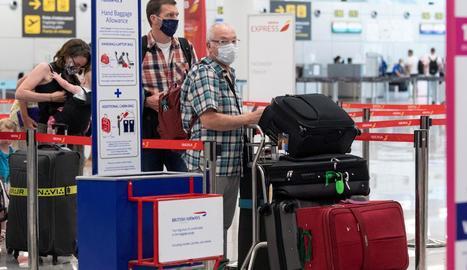 Passatgers ahir diumenge a l'aeroport de Palma de Mallorca.
