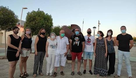 L'artista Josep Vall Borda, al centre amb camisa blanca, amb autoritats i familiars.